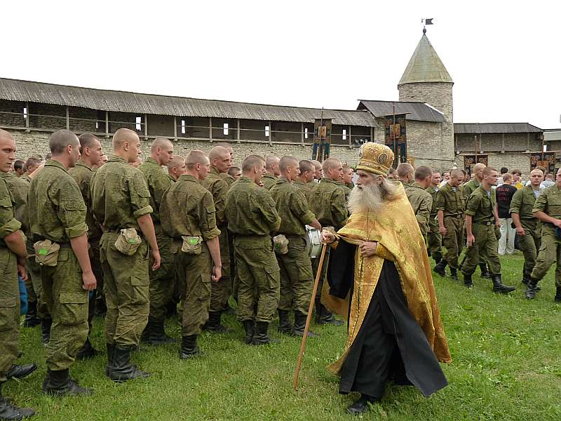 Brīvdabas dievkalpojums desanta divīzijas karavīriem Pleskavas kremlī.
