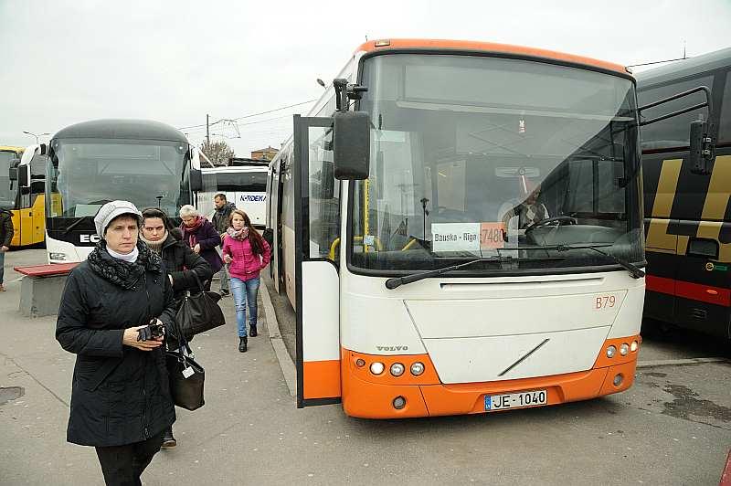 """Pasažieru pārvadātāji vērš uzmanību uz SIA """"Sabiedriskais autobuss"""" negodīgo piedalīšanos konkursos, tomēr viņu iebildes līdz šim nav ņemtas vērā."""