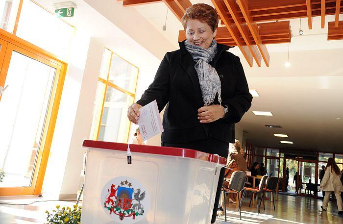 Ministru prezidente Laimdota Straujuma piedalās 12. Saeimas vēlēšanās 791. vēlēšanu iecirknī Jaunmārupes pamatskolā.