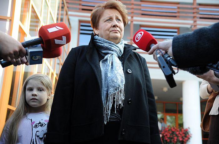 Ministru prezidente Laimdota Straujuma atbild uz žurnālistu jautājumiem pēc nobalsošanas 12. Saeimas vēlēšanās 791. vēlēšanu iecirknī Jaunmārupes pamatskolā.