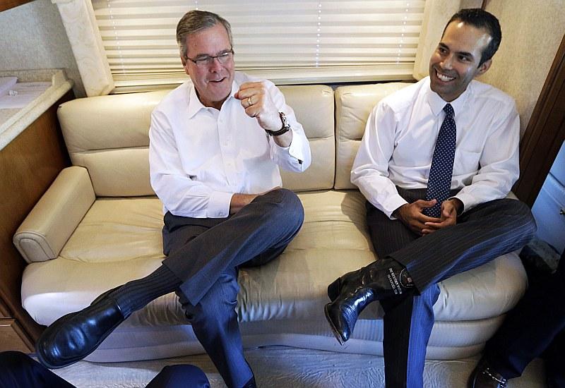 """Svinībās pēc republikāņu uzvaras Kongresa starpvēlēšanās Džebs Bušs (no kreisās) izvairījās runāt par saviem nākotnes plāniem, apsveicot dēlu Džordžu Preskotu Bušu ar pirmo politisko uzvaru Teksasas zemes komisijas vadītāja vēlēšanās. Toties viņa atvase atzina, ka tēvs """"visdrīzāk"""" gatavojas kandidēt 2016. gada prezidenta vēlēšanās."""