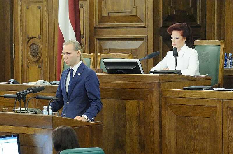 """Nozvērējies deputāta """"pienākumus pildīt godīgi un pēc labākās apziņas"""", deputāts Junkurs 2014. gada 4. novembrī jau pēc pāris minūtēm skrēja nodot iesniegumu par mandāta nolikšanu, atbrīvojot ceļu uz Saeimu zem svītas palikušajai Solvitai Āboltiņai. Citi politiķi par to ironizēja, piemēram, Nacionālās apvienības politiķis Einārs Cilinskis ietvītoja: """"Junkura mandāts varētu folklorizēties, līdzīgi kā Pirra uzvara. Kaut tu junkura mandātu dabūtu!"""""""