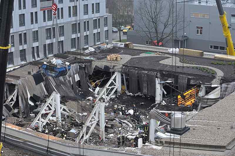 """Sabrūkot jumtam veikala """"Maxima"""" ēkai Rīgā, Zolitūdē, bojā gāja 54 cilvēki, vēl vairāki desmiti ievainoti."""