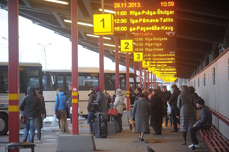 Cilvēki Rīgas Starptautiskajā autoostā.
