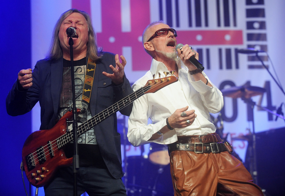 """Grupas """"Pērkons"""" mūziķi Juris Sējāns (no kreisās) un Raimonds Bartaševičs uzstājas mūzikas un mākslas festivāla """"Bildes"""" noslēguma koncertā Rīgas Kongresu namā."""