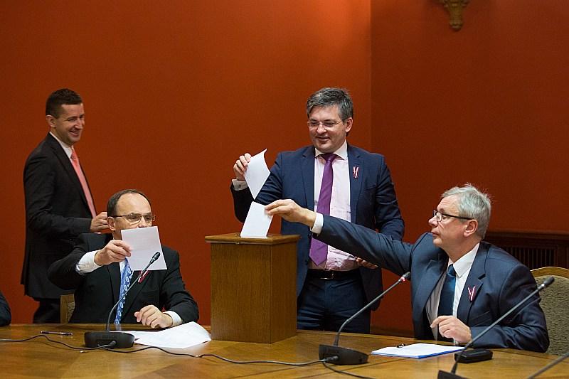 """Par Saeimas Budžeta un finanšu (nodokļu) komisijas vadītāju vakar ievēlēts """"Vienotības"""" deputāts Kārlis Šadurskis (no labās). Attēlā arī komisijas locekļi: Ints Dālderis (""""V""""), Igors Pimenovs (""""Saskaņa"""") un Vjačeslavs Dombrovskis (""""V"""")."""