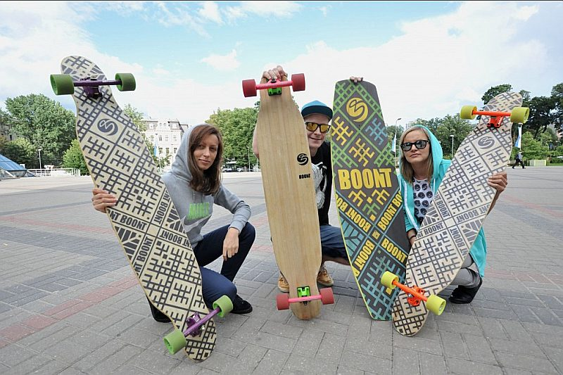 Karīna Beļajeva, Pāvels Losevs un Sabīne Koklacova ar saviem izveidotajiem longbordiem.
