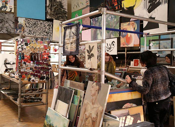 """Izstāde, gadatirgus un labdarības akcija """"Jarmarka"""" Latvijas Mākslas akadēmijā."""