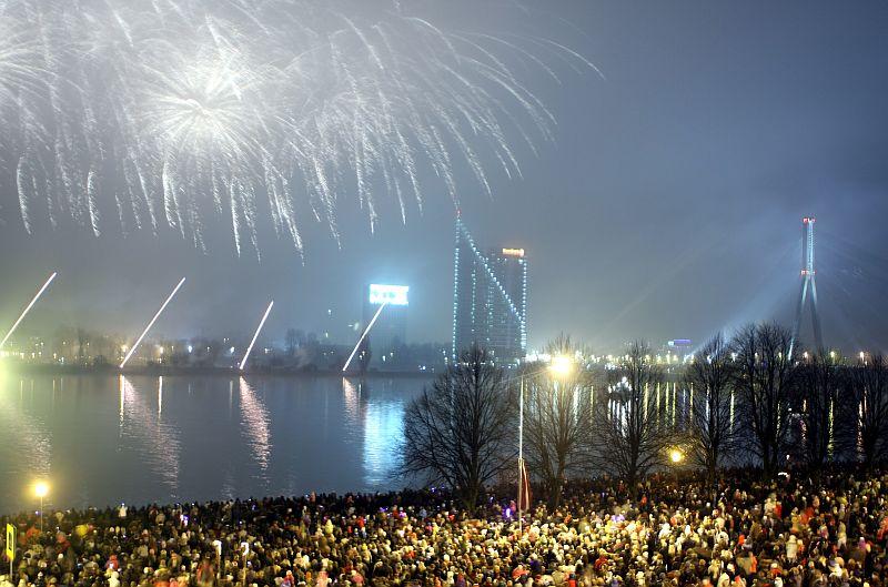 Latvijas Republikas proklamēšanas 92.gadadienai veltīts salūts.