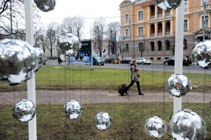 """Festivāla """"Ziemassvētku egļu ceļš 2014"""" vides objekts """"Vēja egle"""" (2013) Krišjāņa Valdemāra ielā pie Latvijas Mākslas akadēmijas."""