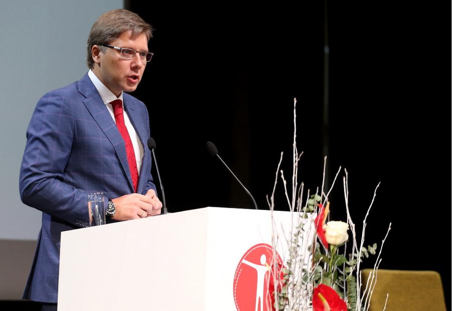 """Sociāldemokrātiskās partijas """"Saskaņa"""" valdes priekšsēdētājs Nils Ušakovs uzrunā klātesošos partijas """"Saskaņa"""" kongresā Kultūras pilī """"Ziemeļblāzma""""."""