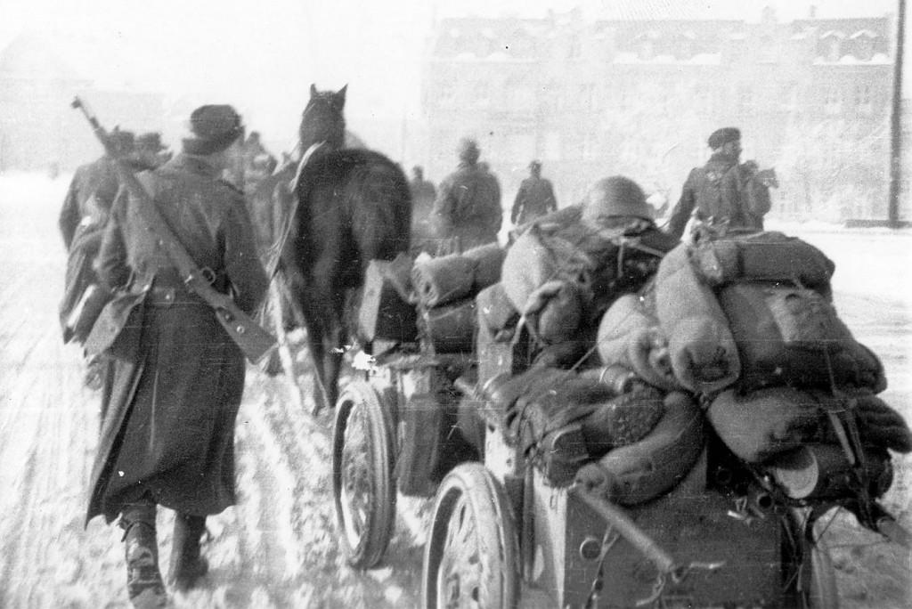 15. latviešu divīzijas 32. grenadieru pulka karavīri ceļā uz Imenheimu. 1945. g. janvāris.