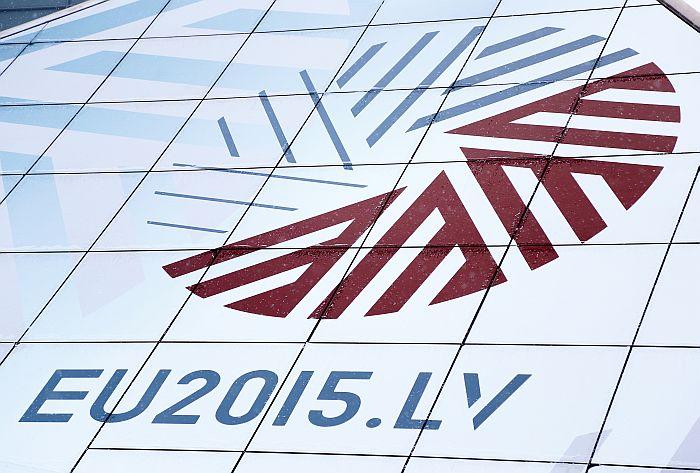 """Latvijas prezidentūras Eiropas Savienības Padomē logo uz Latvijas Nacionālās bibliotēkas ēkas """"Gaismas pils"""""""