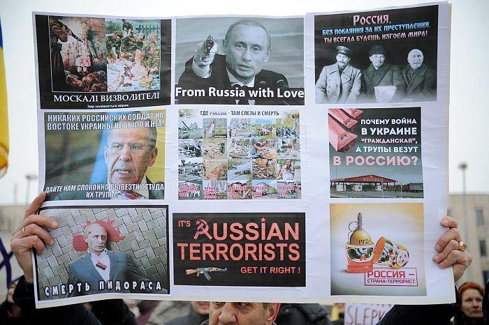 Plakāts piketā pret Krievijas agresiju Ukrainā saistībā ar notikušo apšaudi Mariupolē.