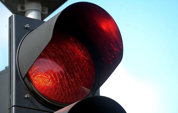 Sarkanā gaisma luksoforā.