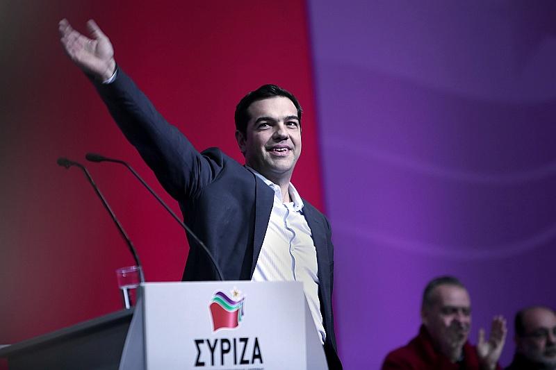 """Partijas """"Syriza"""" līderis ir 40 gadus vecais Aleksis Ciprs, kura vēršanās pret ES un starptautisko aizdevēju taupības prasībām padarījusi viņu populāru plašos sabiedrības slāņos, ko saniknojusi nodokļu celšana un algu cirpšana."""