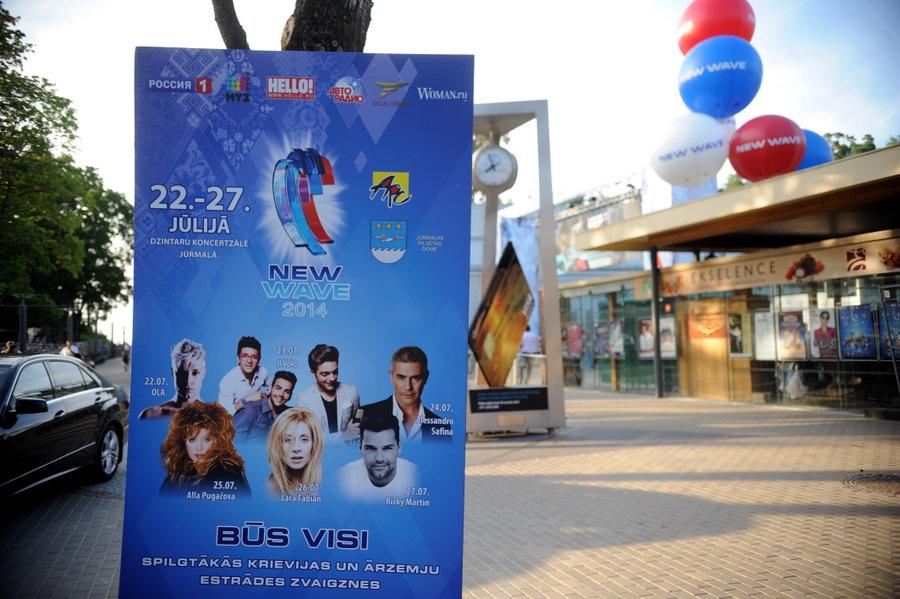 """Konkursa """"Jaunais vilnis 2014""""  plakāts pie Dzintaru koncertzāles."""