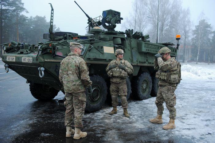 """ASV Armijas 2.kavalērijas pulka karavīri, kuri operācijas """"Atlantic Resolve"""" laikā ir ieradušies Latvijā, pie bruņutransportiera Ādažu bāzē. 2015.gada janvāris"""