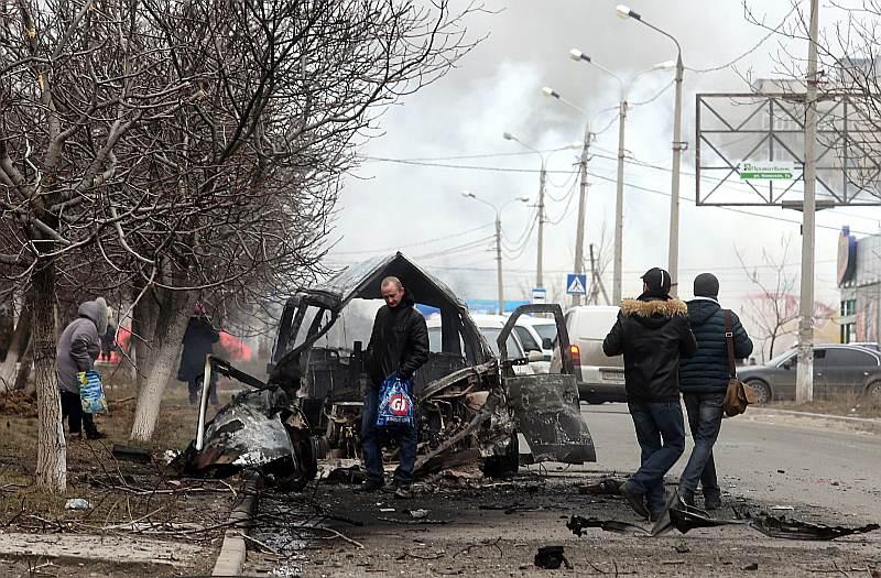 Kremļa atbalstīto teroristu raidītie šāviņi Ukrainas pilsētā Mariupolē trāpīja 53 daudzstāvu namiem, 14 privātmājām, četrām skolām un trim bērnudārziem. Uzbrukumos tika izpostītas arī pilsētas ielās esošas automašīnas.