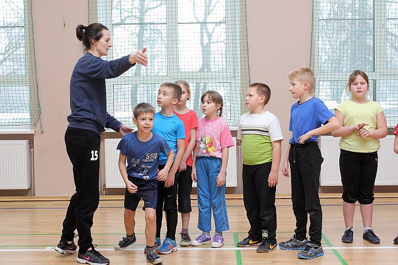 Sporta skolotāja Antra Šverna ir gandarīta, ka var vadīt stundas, kas patīk skolēniem.
