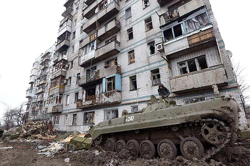 Kamēr lielvalstu līderi sarunās mēģina vienoties par mieru, Ukrainas austrumu apgabalos turpinās karadarbība. Apšaudēs teju pilnībā iznīcināta kāda daudzstāvu māja Doņeckas apgabalā.