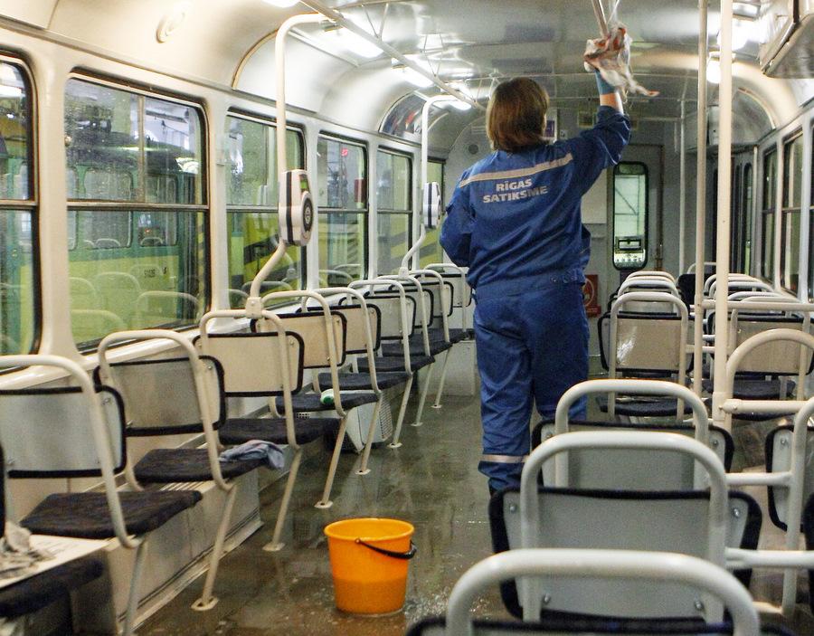 """SIA """"Rīgas satiksme"""" darbiniece mazgā vagonu tramvaju depo."""