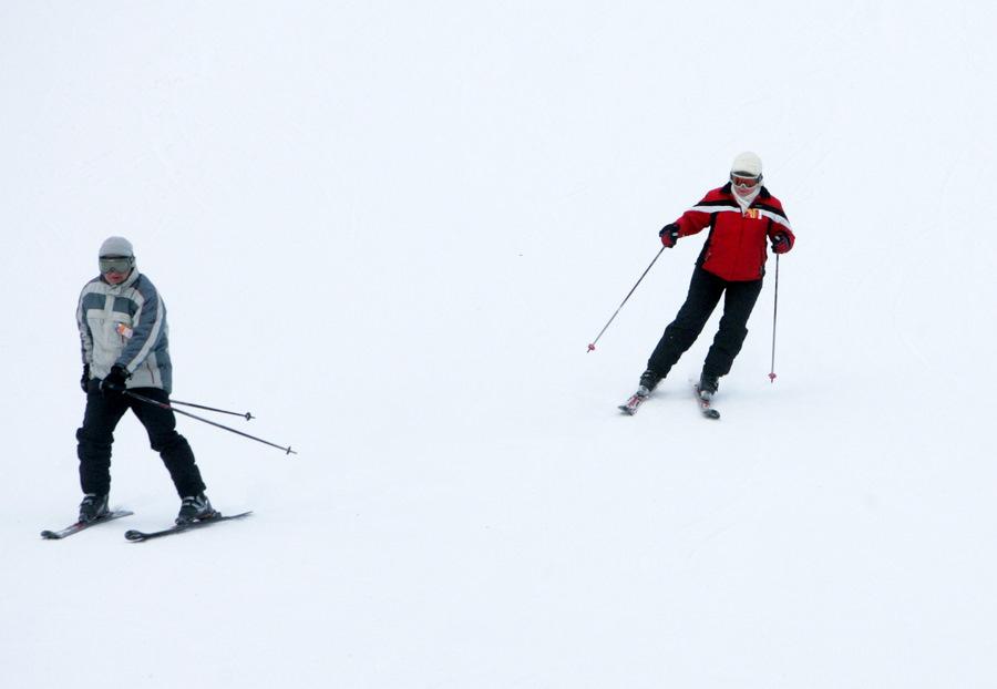 """Slēpotāji slēpošanas trasē """"Riekstukalns"""" Baldonē."""