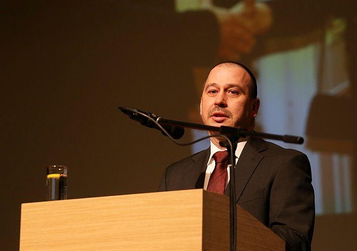 """""""Zemnieku saeimas"""" valdes priekšsēdētājs Juris Lazdiņš saka uzrunu ikgadējā biedrības """"Zemnieku saeima"""" kongresā Ādažu kultūras un radošās izglītības centrā."""