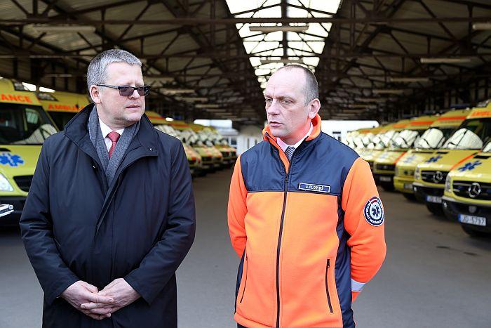 2015. gadā veselības ministrs bija Guntis Belēvičs (no kreisās) un Neatliekamās medicīniskās palīdzības dienesta direktors Armands Ploriņš.