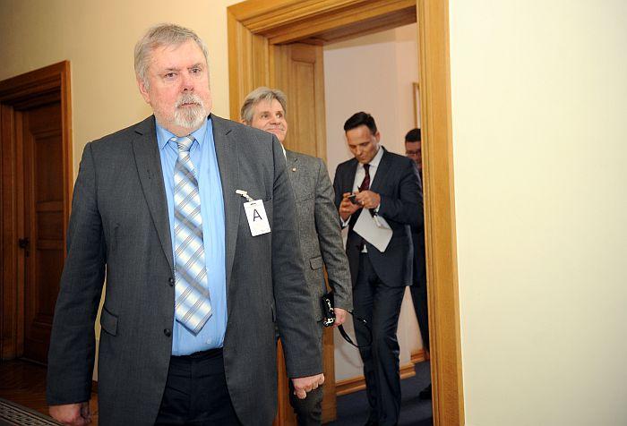 VDK izpētes komisija, priekšplānā tās priekšsēdētājs Kārlis Kangeris.