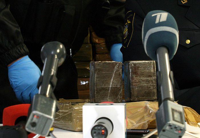 Valsts ieņēmumu dienesta rīkotais mediju brīfings, kurā informē par vienu no Latvijas vēsturē lielākajiem narkotiku kontrabandas aizturēšanas gadījumiem, kurā izņemti 1115 kilogrami hašiša aptuveni 8-12 miljonu eiro vērtībā.