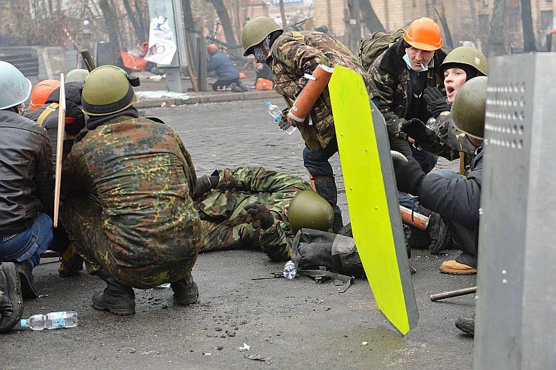 """Pēc asinspirts pērn februārī desmitiem demonstrantu, kuri Neatkarības laukumā Kijevas centrā bija uzcēluši nometni, skaitās """"bez vēsts pazuduši""""."""