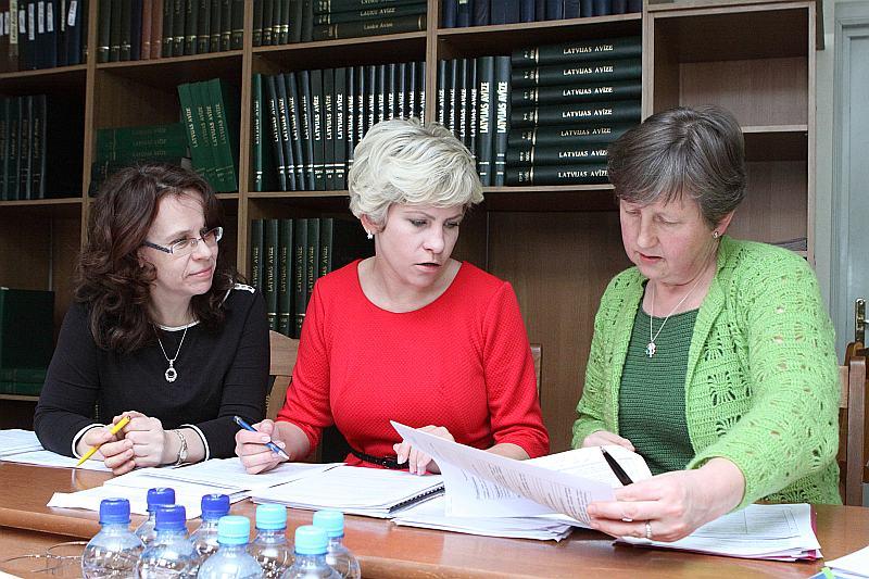 """Projektus vērtēja Līga Liepa no """"Latvijas Avīzes"""" (no kreisās), RBLF projektu vadītāja Laura Smilga un ilggadējā Latvijas mazpulku vadītāja, Saldus novada priekšsēdētājas vietniece attīstības sadarbības jautājumos Ilze Kļava."""