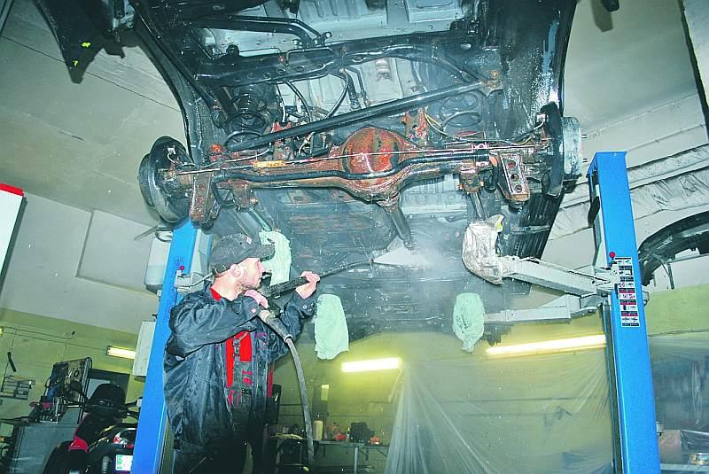 Vispirms mašīnu vajag rūpīgi nomazgāt, lai noskalotu dažādās grūti pieejamās vietās uzkrājušās agresīvās vielas.