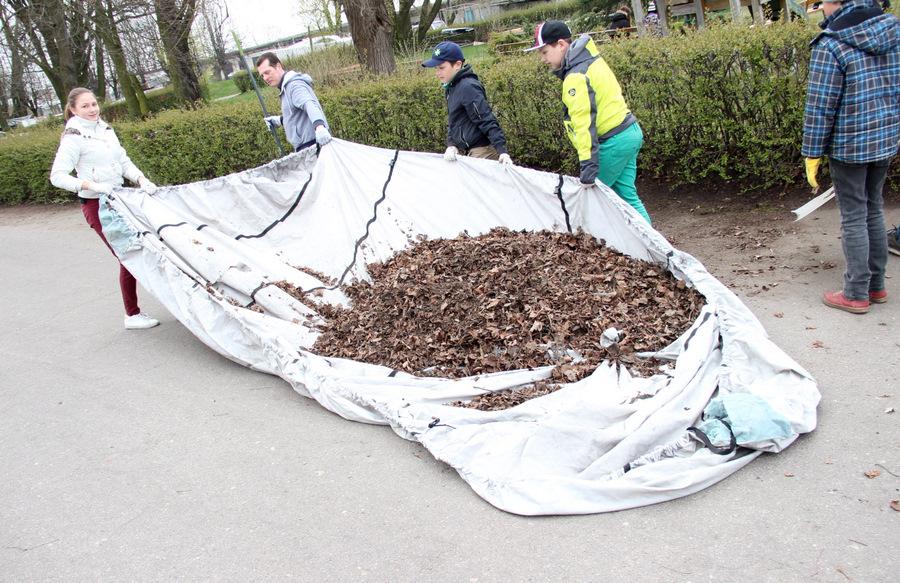Cilvēki Lielajā talkā sakopj jahtu piestātnes teritoriju Mangaļsalā, Rīgā.