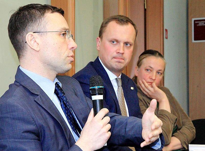 """Viktors Makarovs (no kreisās): """"Kad atbrauc kolēģi no Gruzijas, viņi atzīst – jūs esat daudz panākuši. Viņi redz valsti, kas vēsturiski īsā laikā to paveikusi, un dod viņiem cerību šo ceļu atkārtot. Mēs nevērtējam ļoti augstu cīņu pret korupciju, bet Ukrainai mūsu pieredze liekas ļoti nepieciešama."""" Viņā ieklausās Edgars Tavars un Lelde Eņģele."""