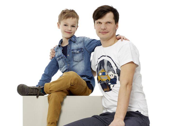 Gatis ar vecāko dēlu Renāru.