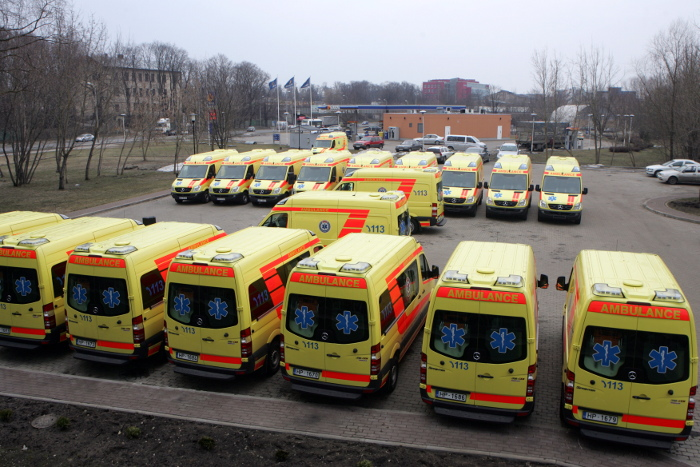 """Neatliekamās medicīniskās palīdzības automašīnas AS """"Rīgas sanitārā transporta autobāze"""" kompleksā."""