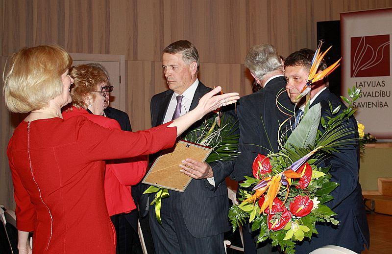 Suminot labākos pašvaldību vadītājus, LPS Atzinības raksti tika pasniegti Preiļu novada domes priekšsēdētājam Aldim Adamovičam (no labās) un bijušajam Valmieras pašvaldības priekšsēdētājam, šobrīd Saeimas deputātam Inesim Boķim, kā arī bijušajam Smiltenes novada mēram, šobrīd Saeimas deputātam Aināram Mežulim un bijušajai Skrundas novada domes priekšsēdētājai, tagad Saeimas deputātei Nellijai Kleinbergai.