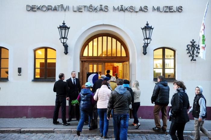 Cilvēku rinda pie Dekoratīvās mākslas un dizaina muzeja Muzeju nakts laikā.
