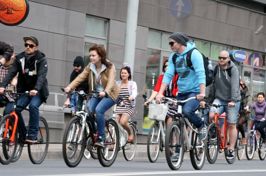 """Brīvības ielā notiek velobraucēju akcija """"Kritiskā masa"""", kuras mērķis ir pievērst uzmanību veloinfrastruktūras problēmām pilsētā."""