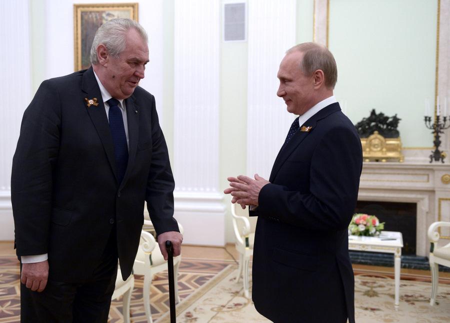 Čehijas prezidents Milošs Zemans (no kreisās) un Krievijas prezidents Vladimirs Putins.