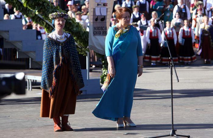 Kultūras ministre Dace Melbārde (no kreisās) un Ministru prezidente Laimdota Straujuma VIII Ziemeļu un Baltijas valstu Dziesmu svētku noslēguma koncertā Mežaparka Lielajā estrādē.
