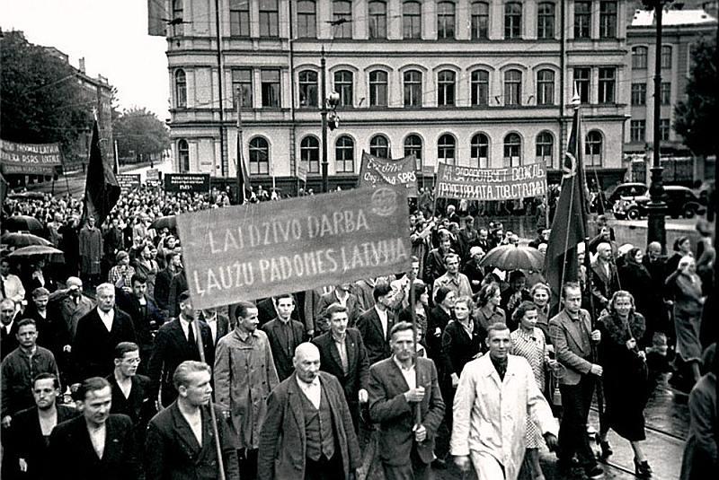 """Padomju okupācijas varai 1940. gada vasarā būtu grūti organizēt """"darbaļaužu"""" demonstrācijas, ja tai nebūtu izdevies iegūt kontroli pār arodbiedrībām."""