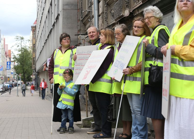 """Rīgas centrā notiek pilsētas vājredzīgo un neredzīgo biedrības """"Redzi mani"""" gājiens par godu nedzirdīgas un neredzīgas amerikāņu rakstnieces un sabiedriskās darbinieces Helēnas Kelleres Nedzirdīgi-neredzīgo nedēļai."""