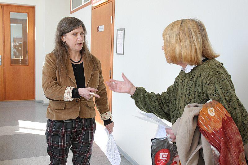 Ukrainiete Anna (no labās) sākumā latviski, bet pēc tam krieviski cenšas iestāstīt lieciniece Oksanai Beļeckai, ka latviešu valoda ir Latvijas valsts vienīgā valoda.
