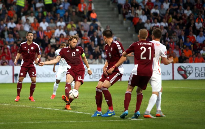 """UEFA Eiropas čempionāta kvalifikācijas spēle futbolā starp Latvijas un Nīderlandes izlasēm """"Skonto"""" stadionā."""