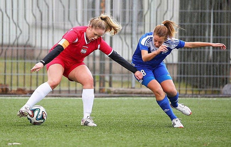 Norvēģiete Marita Gjerde (no kreisās) ir dāmu futbola komandas izveidošanas iniciatore.