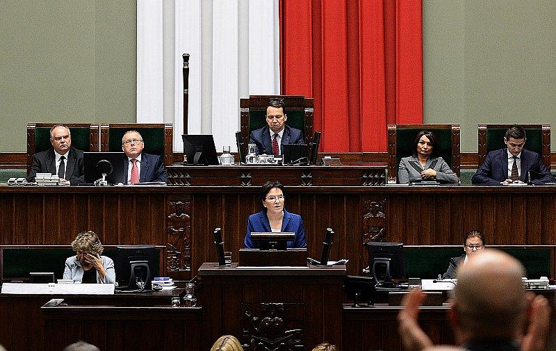 """Polijas parlamenta priekšsēdētājs Radoslavs Sikorskis paziņojis, ka atkāpjas, lai neaptumšotu savas partijas """"Pilsoniskā platforma"""" izredzes oktobrī gaidāmajās parlamenta vēlēšanās, kurās izšķirsies arī Evas Kopačas vadītās valdības liktenis."""