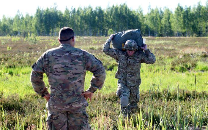 ASV armijas Eiropā 173.desanta brigādes 503. kājnieku pulka bataljona karavīri regulāro izpletņlēkšanas treniņu laikā Ādažu poligonā.